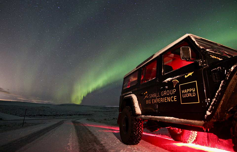 Northern-Lights-Iceland-Tour-Land-Rover-Defender-Happyworld-960x615-LR